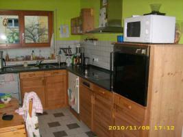 Massivholzküche mit Elektrogeräten