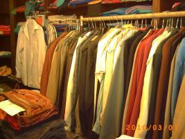 Mehr als 100 Stk., Zweite Hand - Frauen und Maenner Kleidungsstuecke wie Anzuege, Jacken, Ruecken gute Qualitaet und vieles Mehr.