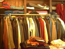 Foto 2 Mehr als 100 Stk., Zweite Hand - Frauen und Maenner Kleidungsstuecke wie Anzuege, Jacken, Ruecken gute Qualitaet und vieles Mehr.