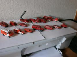 Foto 2 Miniatur Feuerwehr-und Rettungsfahrzeuge