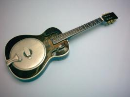 Miniaturgitarre – Rogue Trolian Biscuit Cone Resonator Guitar