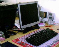 Foto 3 Minitower-PC mit TFT-Monitor