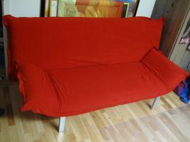 Moderne und gut erhalte rote Schlafcouch (2 Jahre alt) zu verkaufen