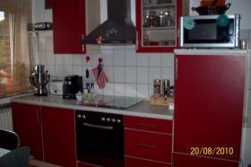 Foto 2 Moderne, rote Küche mit E-Geräten