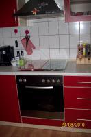 Foto 3 Moderne, rote Küche mit E-Geräten