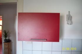 Foto 7 Moderne, rote Küche mit E-Geräten