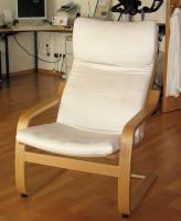 Moderner Sessel aus Holz mit Kissenauflagen