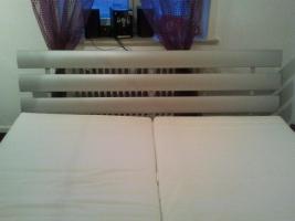 Modernes Bett ohne Matratze und Lattenrost /silbern