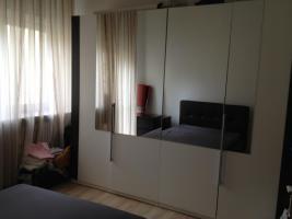 Modernes Schlafzimmer Bett, Kleiderschrank und Kommoden
