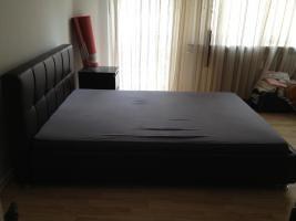 Foto 2 Modernes Schlafzimmer Bett, Kleiderschrank und Kommoden
