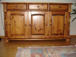 Möbel aus Kiefer und Regalwand