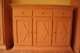 Foto 3 Möbel Komposition aus Pinienholz, gebürstet incl. hochwertigen Messing Kronleuchter