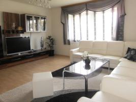 Möbel, Teppiche, Haushaltsgeräte, Dekorationen