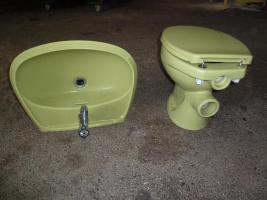 Moosgrünes Waschbecken und kompletteToilette