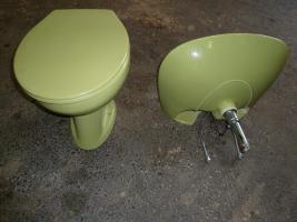 Foto 2 Moosgrünes Waschbecken und kompletteToilette