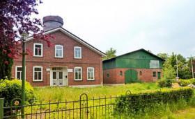 Mühlengebäude mit Wohnhaus und Scheune am Kreidesee