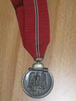 Mutterkreuz mit Band im Etui (Original) und andere Orden mit Band