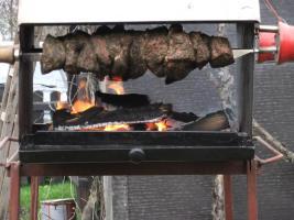 Mutzbraten über Birkenholzfeuer gegrillt