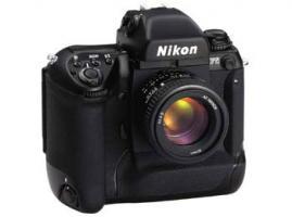 NIKON F5 mit AF-D 1:3,5-.5,6/28-200 mm Nikkor u. Filter