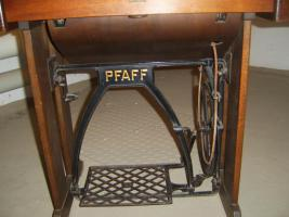 N�hemaschiene von PFAFF mit Tisch