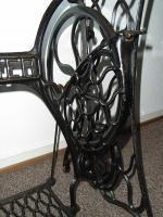 Foto 2 Nähmaschinengestell mit Glasplatte