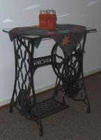Foto 3 Nähmaschinengestell mit Glasplatte