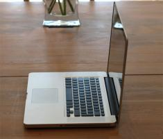 Foto 3 Neu Apple MacBook Pro 15.4 Zoll , 2.4  GHz i5 , 320 Gb