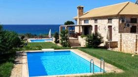 Neues und elegantes Gebäude in hervorragender Lage mit schönem Meerblick/Griechenland