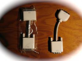 Foto 2 Originale Apple: Maus (m. Scrollrad), DVI–>DVI, DVI–>VGA-Kabel u.a.