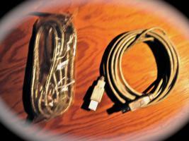 Foto 3 Originale Apple: Maus (m. Scrollrad), DVI–>DVI, DVI–>VGA-Kabel u.a.