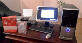 PC Computer mit Flachbildschirm, Tastatur, Maus und Drucker