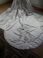 Perlenbesticktes, weißes Brautkleid mit abnehmbarer Schleppe und Zubehör