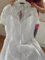 Foto 3 Perlenbesticktes, weißes Brautkleid mit abnehmbarer Schleppe und Zubehör