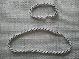 Perlenkette mit Armband schwarz-weiß