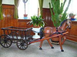 Pferd und Wagen-herrliche, antike Dekoration in sehr gutem Zustand