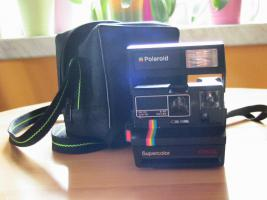 Polaroid-Kamera mit Tasche