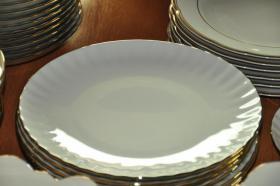 Foto 4 Porzellan ca. 100 tlg. Tafelservice mit Goldrand
