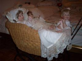 Foto 2 Porzellanpuppen mit Puppenwagen