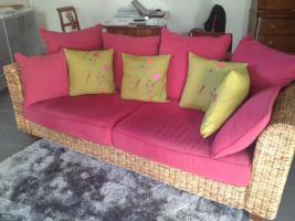 Rattan-Sofa, mit weinroten Kissen