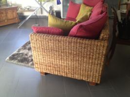 Foto 2 Rattan-Sofa, mit weinroten Kissen