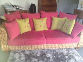 Foto 3 Rattan-Sofa, mit weinroten Kissen