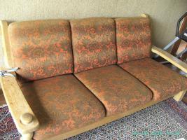 Robuste Couchgarnitur mit Tisch