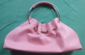 Rosa Handtasche mit Metallhenkel und Magnetverschluss