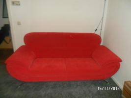 Roter gepflegte 2-Sitzer-Couch