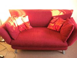 Rotes Polster - Sofa / weinrote Couch
