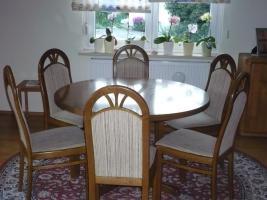 Runder Tisch und sechs Stühle