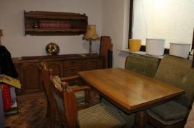 Rustikaler Eichentisch mit Bank und Stühlen sowie Theke