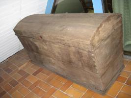 Sargdeckeltruhe aus dem 17. Jahrhundert