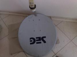 Satellitenschüssel mit LNB , Röhre und eine Befestigung