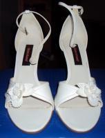 Schicke weiße Sandaletten mit Absatz